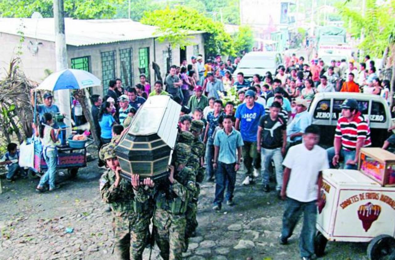 Un grupo de soldados carga el ataúd de Marco Antonio Ramírez Vega. Foto EDH / Jorge Beltrán