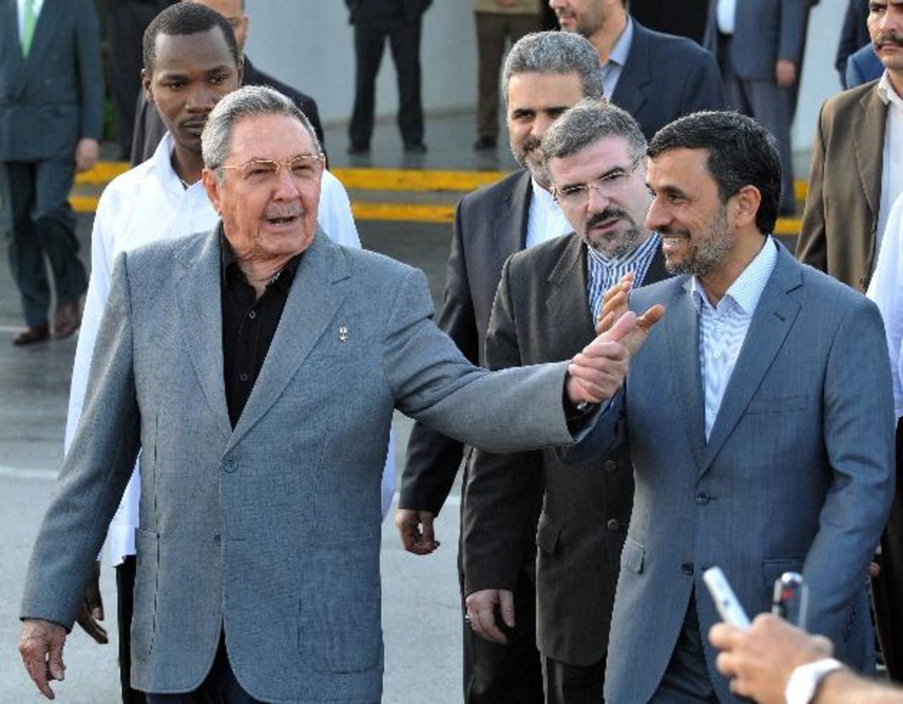 Imagen de 2012 del dictador cubano, Raúl Castro (izq.), junto a su homólogo de Irán, Mahmud Ahmadineyad (d), en el aeropuerto José Martí de La Habana. foto edh / EFE