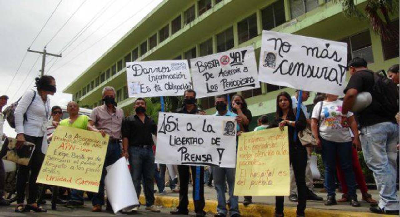 Periodistas realizan un plantón frente a un hospital para exigir acceso a información.