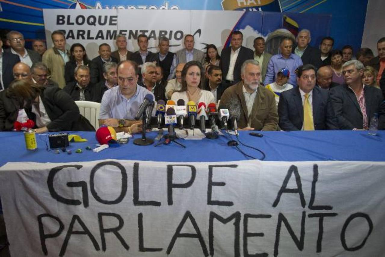 La diputada opositora venezolana María Corina Machado (centro), acompañada del diputado Julio Borges y otros líderes opositores, el pasado 30 de abril. foto edh / archivo