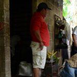 El padre de William Antonio Orellana Méndez, junto a otros parientes y amigos limpian el cadáver del joven luego que fue alcanzando por un rayo. Fotos EDH / MAURICIO CÁCERESInvestigadores policiales procesan la escena junto al padre de William Orella