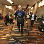 Michael Gore muestra uno de los dispositivos que le ayudan a caminar.