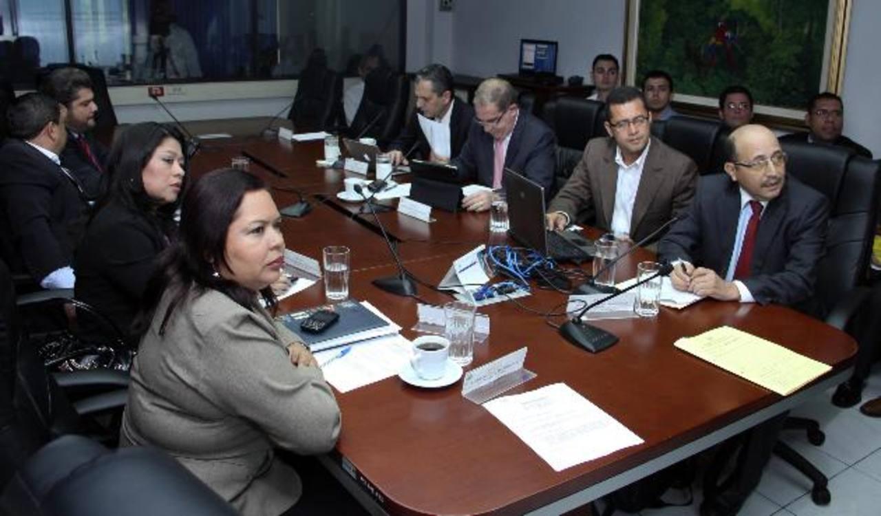 Diputados de la Comisión Financiera escuchan al presidente del Isdem, Enri Arias (primero de la derecha), de mecanismo de cobro por deudas alcaldías en Fodes. foto edh / cortesía asamblea