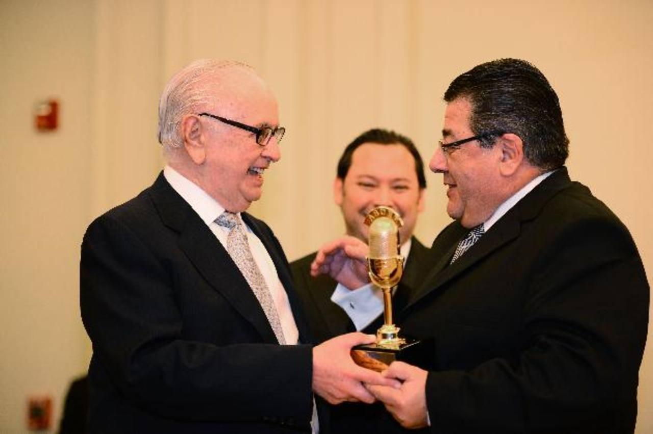 Don Boris Eserski (izquierda) entregó la presea del Micrófono de Oro a Héctor Óscar Amengual. FotoS EDH/ william Martínez