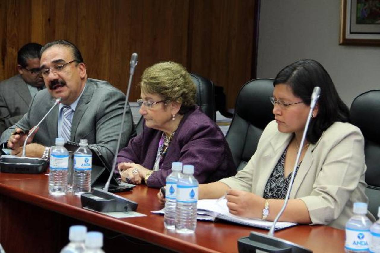 Diputados de ARENA ayer en la Comisión Política. foto edh