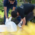Autoridades inspeccionan el cadáver de William Grande, en colonia Guadalupe, en Mejicanos. Foto EDH / Salmón Vásquez