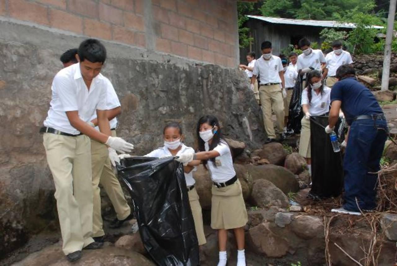 Alumnos del Complejo Educativo Mario Gómez participan en la jornada. Foto edh / insy MendozaSoldados de la Fuerza Armada también son parte de las labores de limpieza en ríos y quebradas de Conchagua.