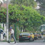 Vecinos denuncian que buseros quieren derribarles sus portones. Foto EDH / Mauricio Cáceres