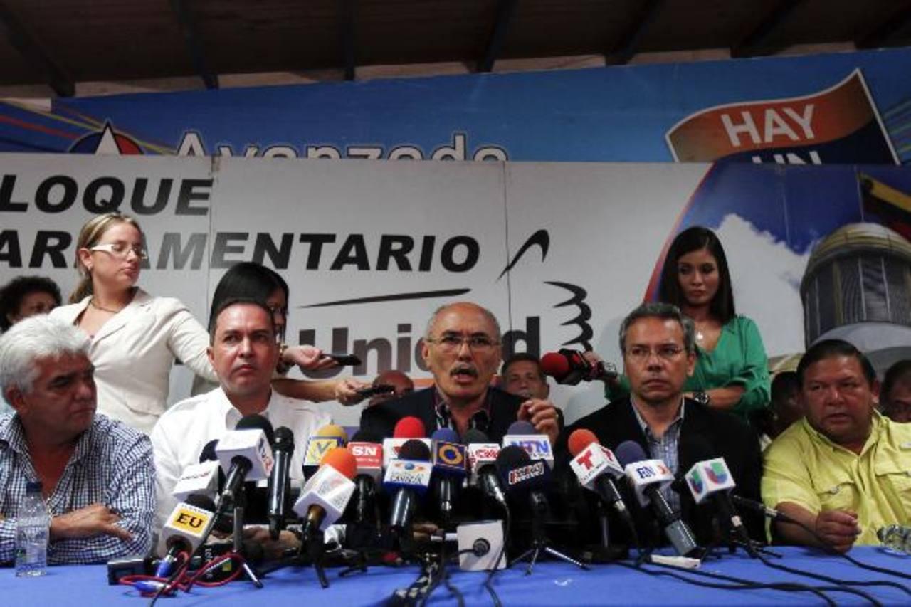 El diputado opositor Ismael García (c) difundió ayer públicamente el audio de una conversación que probaría la injerencia cubana en los asuntos internos de Venezuela. Foto edh / reuters
