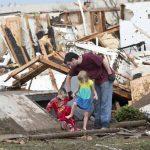 Una familia sale del sótano tras el paso del tornado y se encuentra con este paisaje de destrucción. foto edh / REUTERS