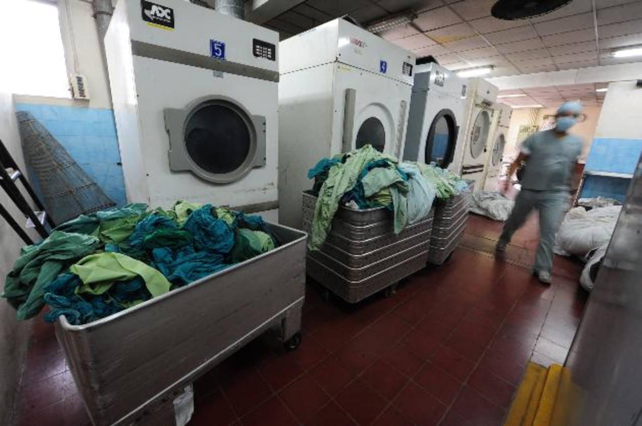 El hospital Zacamil lleva meses trabajando solo con una lavadora. El ISSS les ayuda. Foto EDH / archivo