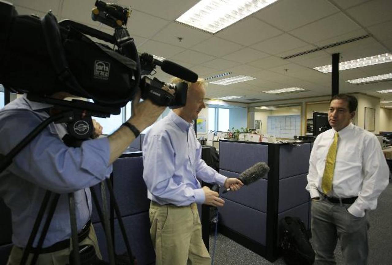 Glen Greenwald (der), uno de los periodistas del diario británico The Guardian, durante una entrevista con la agencia AP en Hong Kong. foto edh / AP