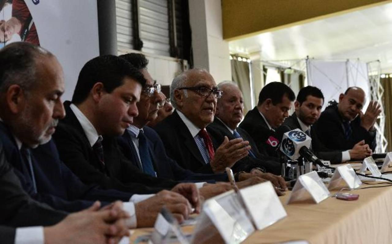 José Domingo Méndez junto a los demás integrantes de los Aliados por la Democracia. foto edh / archivo