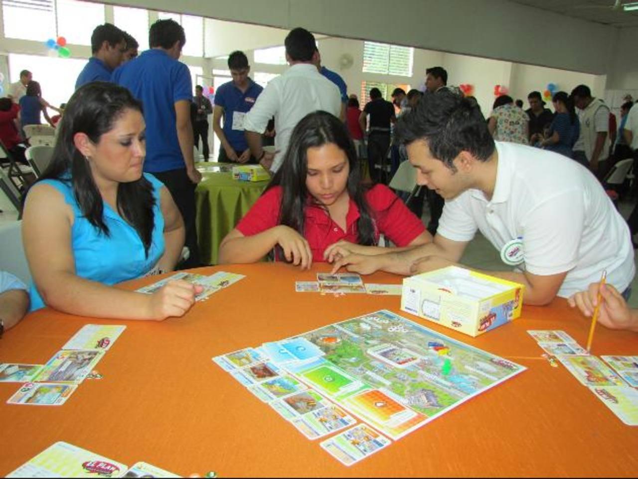Los jóvenes dijeron que el juego les llevó un panorama de la realidad empresarial. Foto EDH / MAURICIO GUEVARA