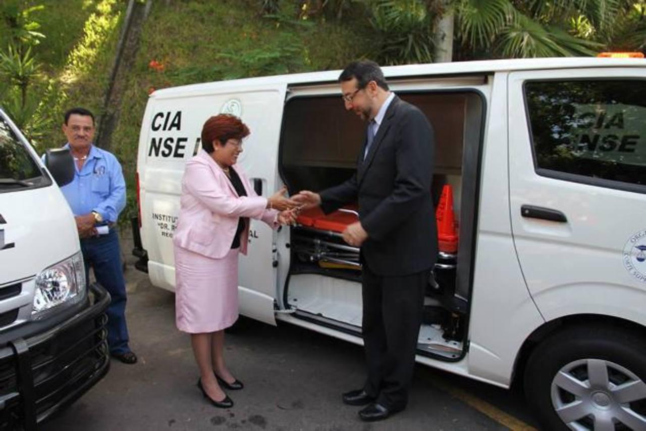Las ambulancias forenses fueron recibidas ayer por el director, José Miguel Fortín. Foto EDH / Cortesía iml