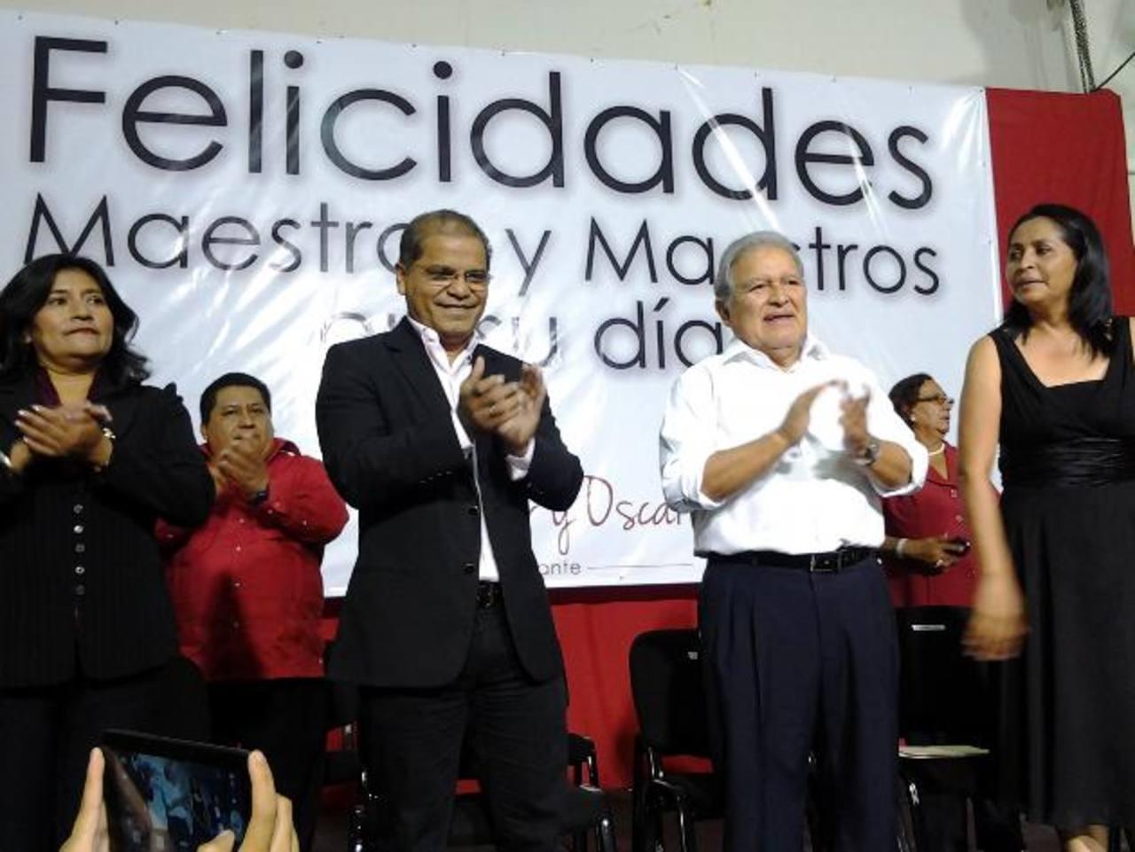 Salvador Sánchez Cerén y Óscar Ortiz, fórmula presidencial por el FMLN, acudió ayer a la celebración del Día del Maestro, en las instalaciones del Cifco. Foto EDH / karla argueta