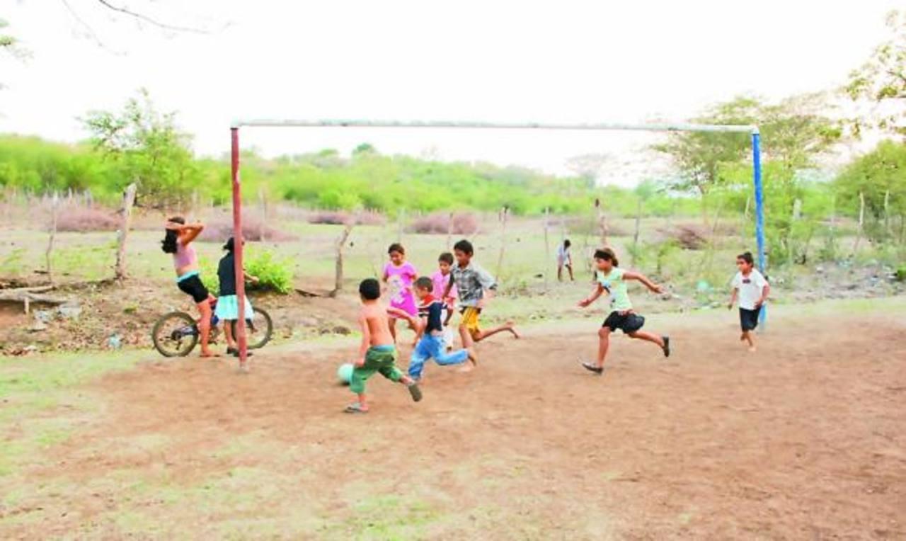 Durante más de 30 años, en el sitio ha existido una cancha de fútbol en la que se divierten y convergen todos los miembros de la comunidad FOTO EDH/ARCHIVO