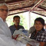 El edil Francisco Meardi hace entrega de los paquetes de ayuda a una de las directivas comunales. Foto EDH / Cortesía