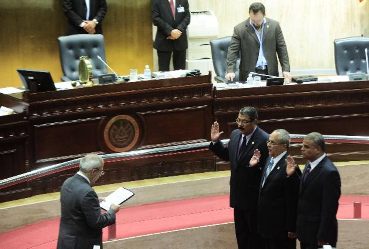 El presidente de la Asamblea, Sigfrido Reyes, juramenta a los abogados Javier Bernal, Gregorio Sánchez Trejo y Rony Huezo como los nuevos funcionarios a cargo de la contraloría estatal. foto edh / jorge reyes