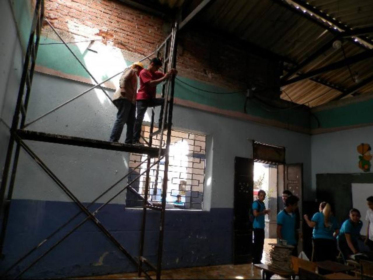En la mayoría de los salones de clases hay problemas cuando llueve a raíz del mal estado de los techos. Foto EDH / Milton jaco