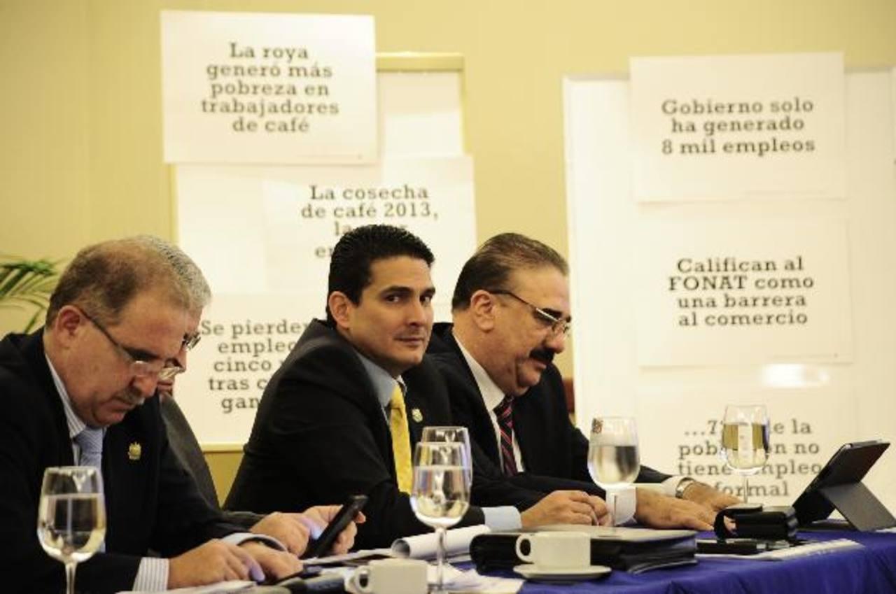 Los diputados de ARENA, Enrique Valdés, Roberto d'Aubuisson (al centro) y Donato Vaquerano. foto edh / jorge reyes