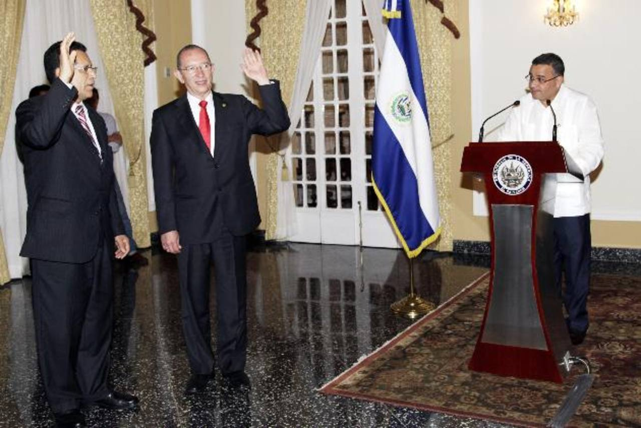 Tomás Chévez y José Roberto Góchez fueron juramentados por Funes como presidente de Fonavipo y viceministro de Obras Públicas, respectivamente. foto edh / foto Capres