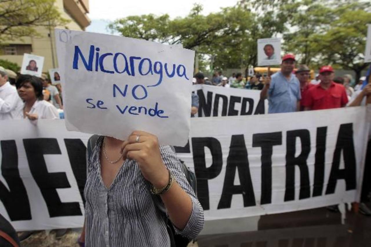 La oposición, movimientos sociales y organismos no gubernamentales protestaron frente al Parlamento contra la ley que cede la construcción del canal interoceánico. foto edh / EFE
