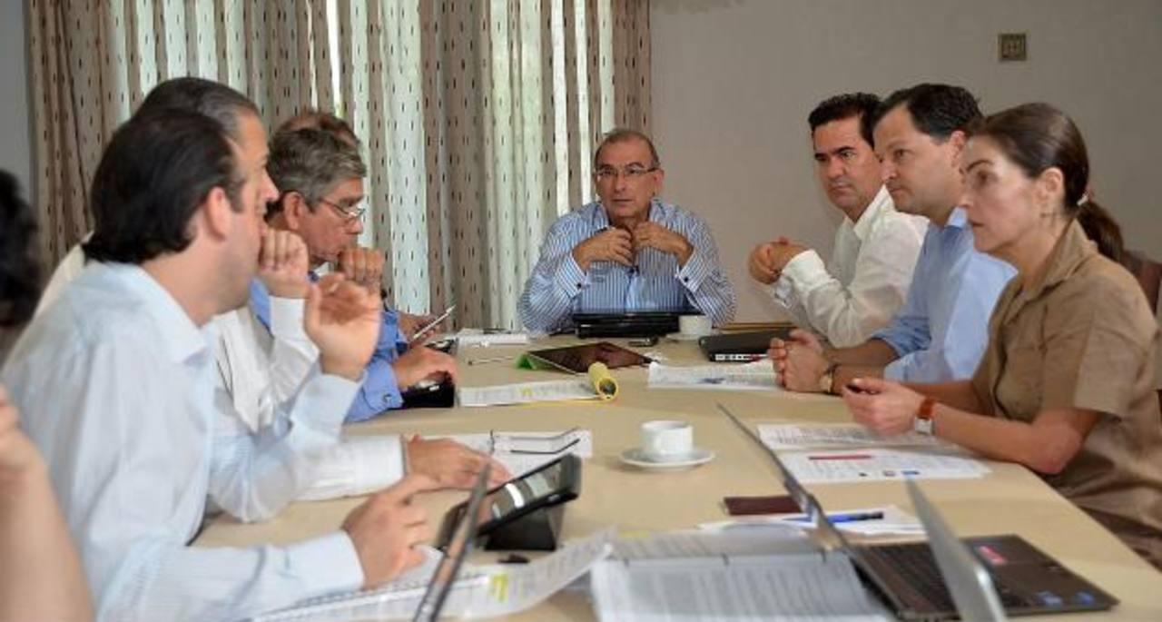 Reunión entre el jefe de los negociadores de paz del Gobierno con las FARC, Humberto de la Calle (c), y el resto de su equipo, en La Habana (Cuba). Foto edh / efe