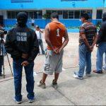 Ambos sujetos se encontraban consumiendo bebidas alcohólicas cuando fueron arrestados. Foto EDH / Cristian Díaz