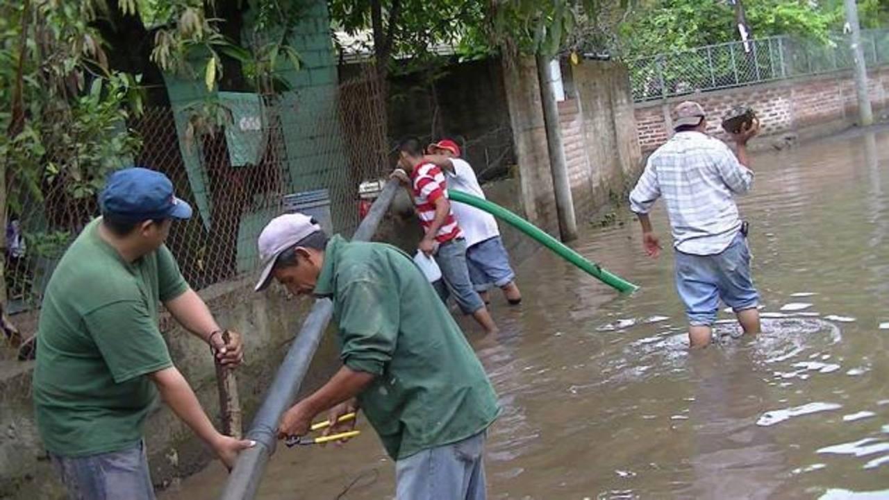 Personal de la municipalidad de Usulután tuvo que extraer agua apoyados de una achicadora en la zona inundada en las colonias Aguilar y Santa Cristina. foto edh / cortesia