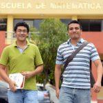 Manuel Alejandro Mundo (izquierda) junto a Gabriel Alexander Chicas Reyes, a su salida de la Escuela de Matemáticas de la Universidad de El Salvador. Foto EDH / MARVIN RECINOS