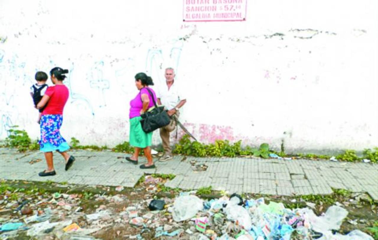 La multa por botar basura en la vía pública es de $57.14, actualmente nadie respeta esa disposición. Foto EDH / Milton jaco