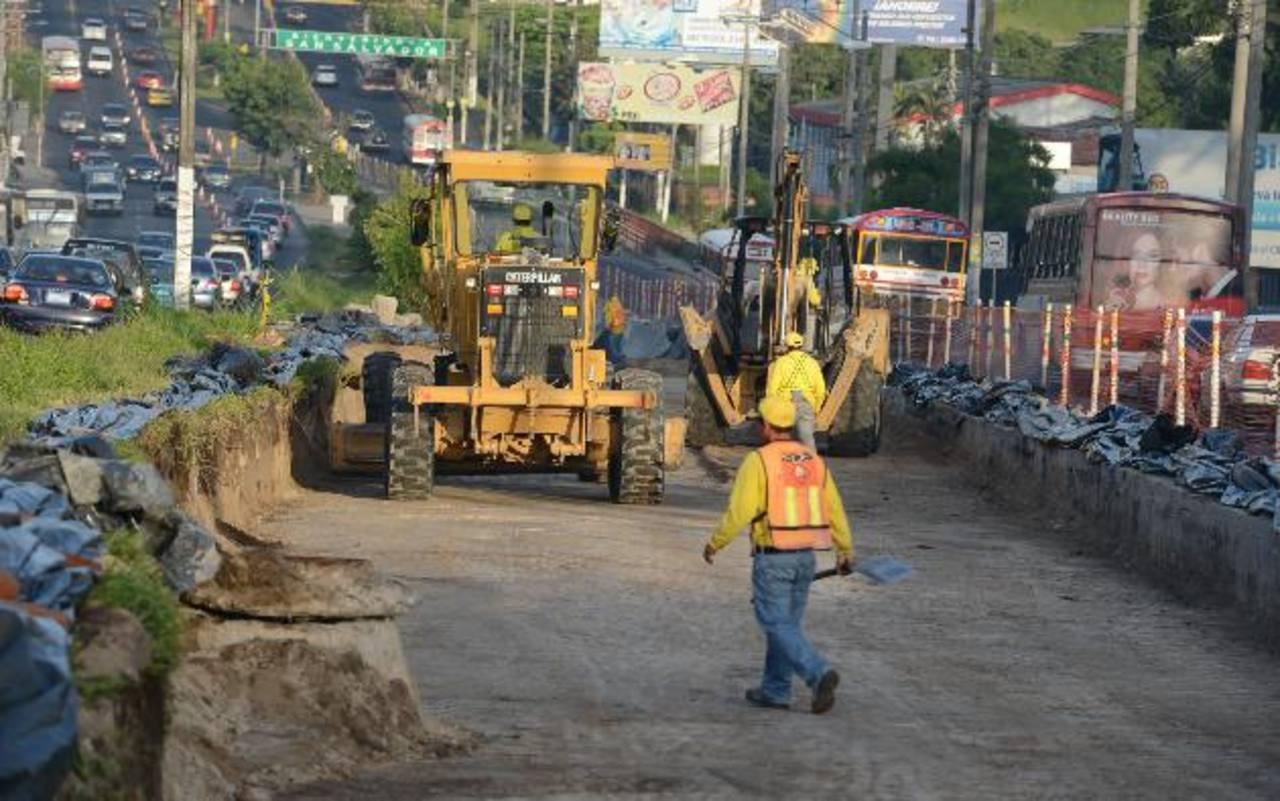 Obras de terracería para la construcción de la primera estación del Sitramss, en Soyapango. foto edh / Mauricio Cáceres