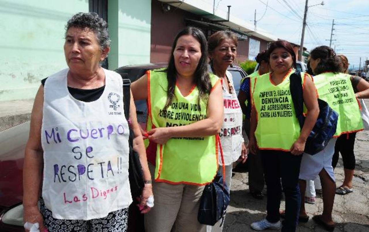Las Dignas llegaron al tribunal de Quezaltepeque en apoyo a la ofendida y pidieron justicia. Foto EDH / Lissette Lemus.