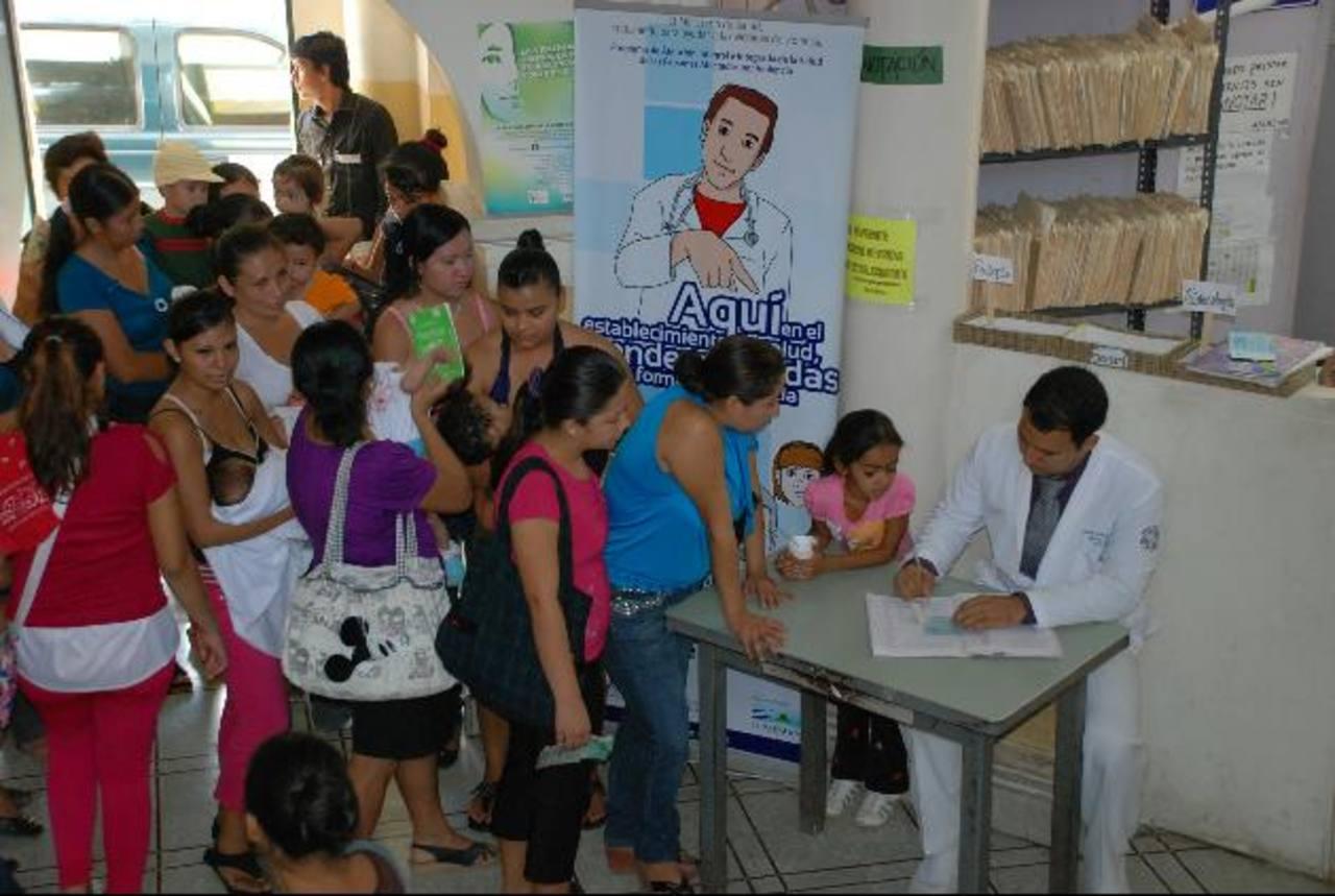La Unidad de Salud Casa del Niño es uno de los dispensarios que más afluencias de personas tienen debido a su ubicación pues está en el centro de la ciudad. Foto EDH / Cristian Díaz
