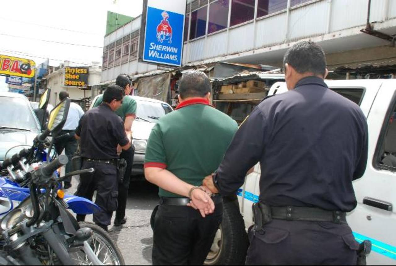 En el occidente del país, hace varios meses se detuvo por delitos a empleados de instituciones financieras. Foto EDH / Archivo
