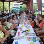 Los maestros, la mayoría con muchos años de experiencia, departen durante la celebración. Foto EDH / cortesía
