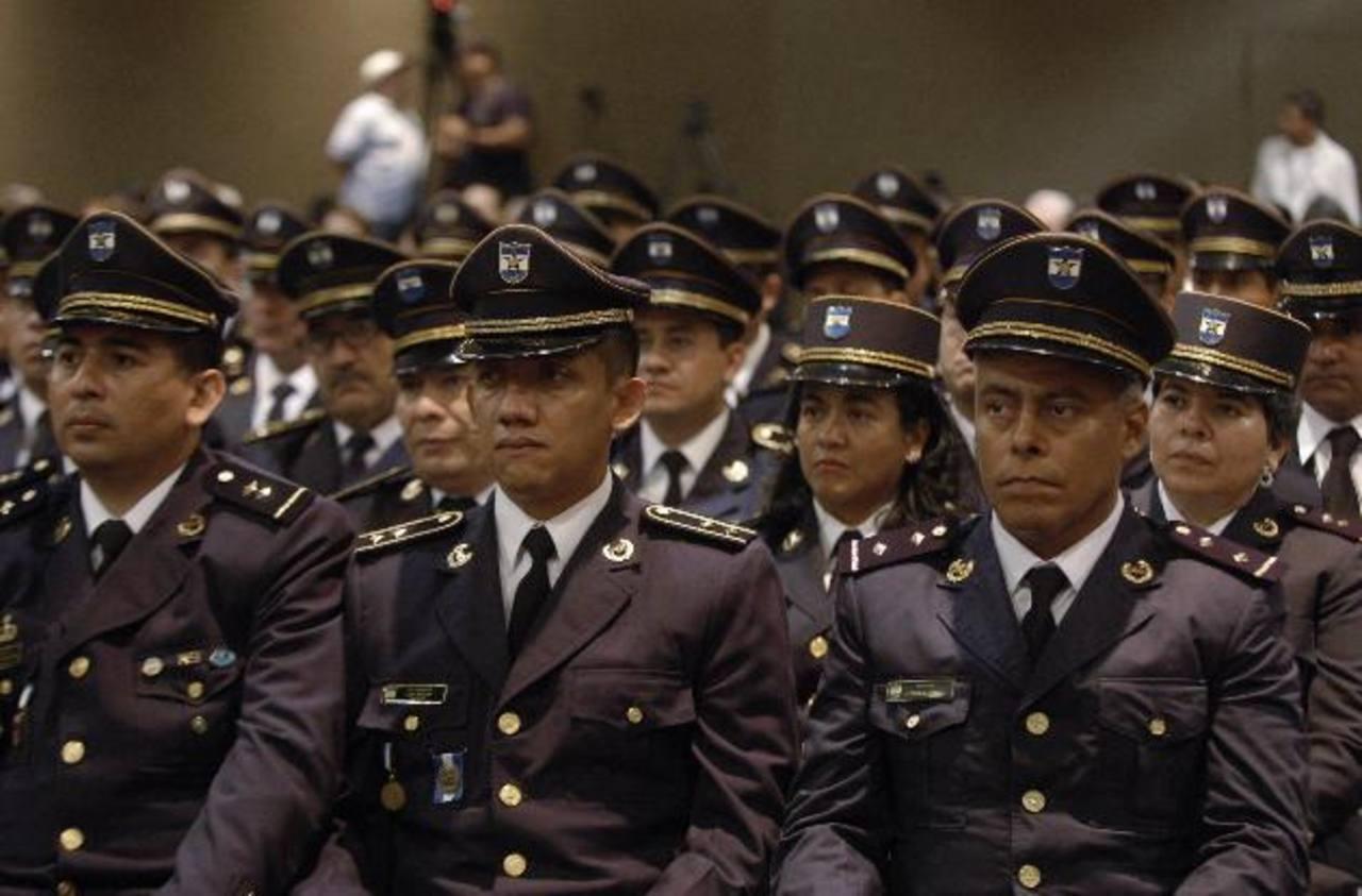 El 14 de junio próximo, 29 inspectores jefes policiales recibirán sus ascensos a subcomisionados policiales. Foto EDH / Archivo