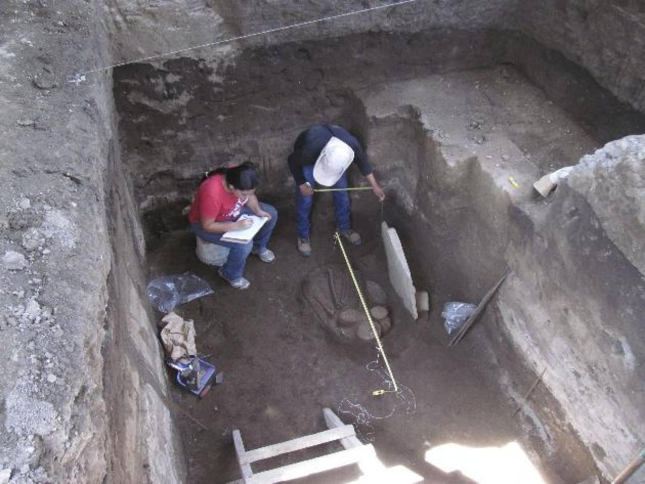 El hallazgo arqueológico incluye un entierro con dos vasijas a manera de ofrenda. Pertenece al periodo Clásico Tardío. foto EDH / efe