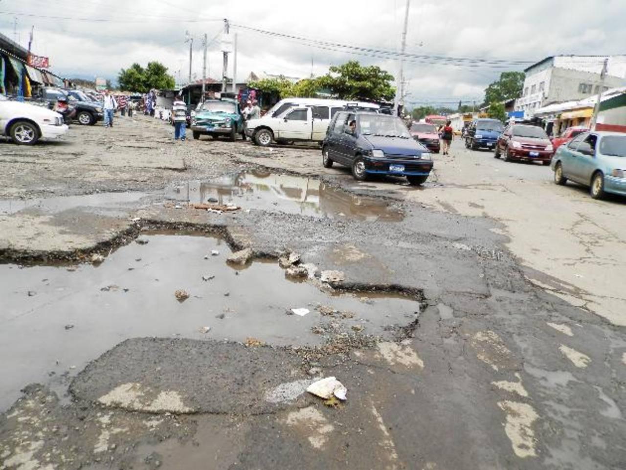 Usuarios y comerciantes del mercado Colón exigen la reparación del parqueo de la zona. Foto EDH / Milton Jaco