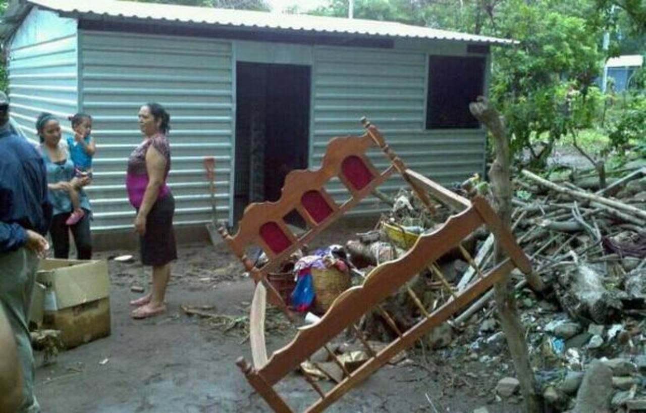 Las familias del caserío La Galera, San Vicente, trataban de recuperar algunas de sus pertenencias. Foto vía Twitter Marlon Hernández