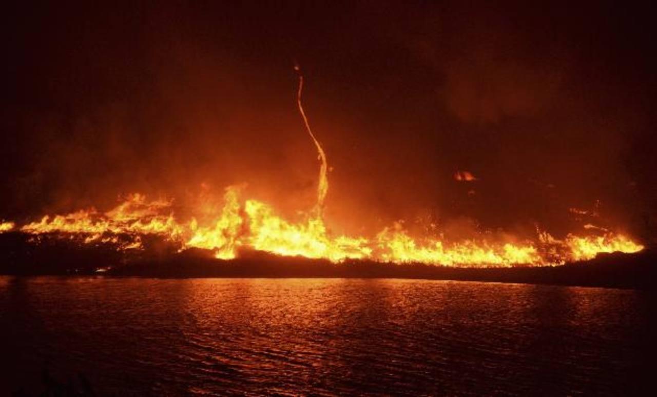 Vientos erráticos azuzaron las llamas ayer en el Bosque Nacional Ángeles, lo cual derivó en la evacuación de casi 1,000 casas en Lake Hughes y Lake Elizabeth. foto edh / Reuters
