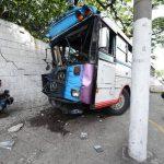 Un camarógrafo de televisión graba imágenes del autobús que se estrelló contra la pared. Foto EDH / Mauricio Cáceres