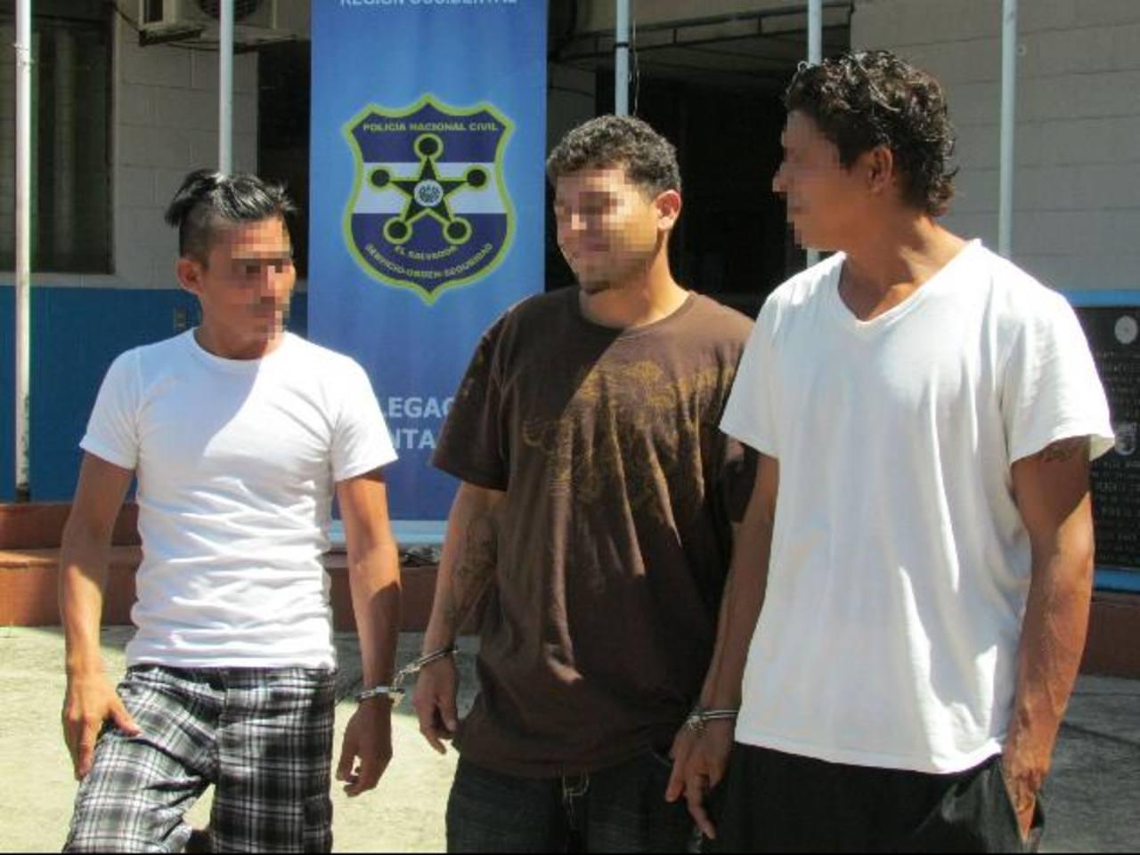 Supuestos extorsionistas capturados en Metapán, Santa Ana. Foto EDH / Mauricio Guevara