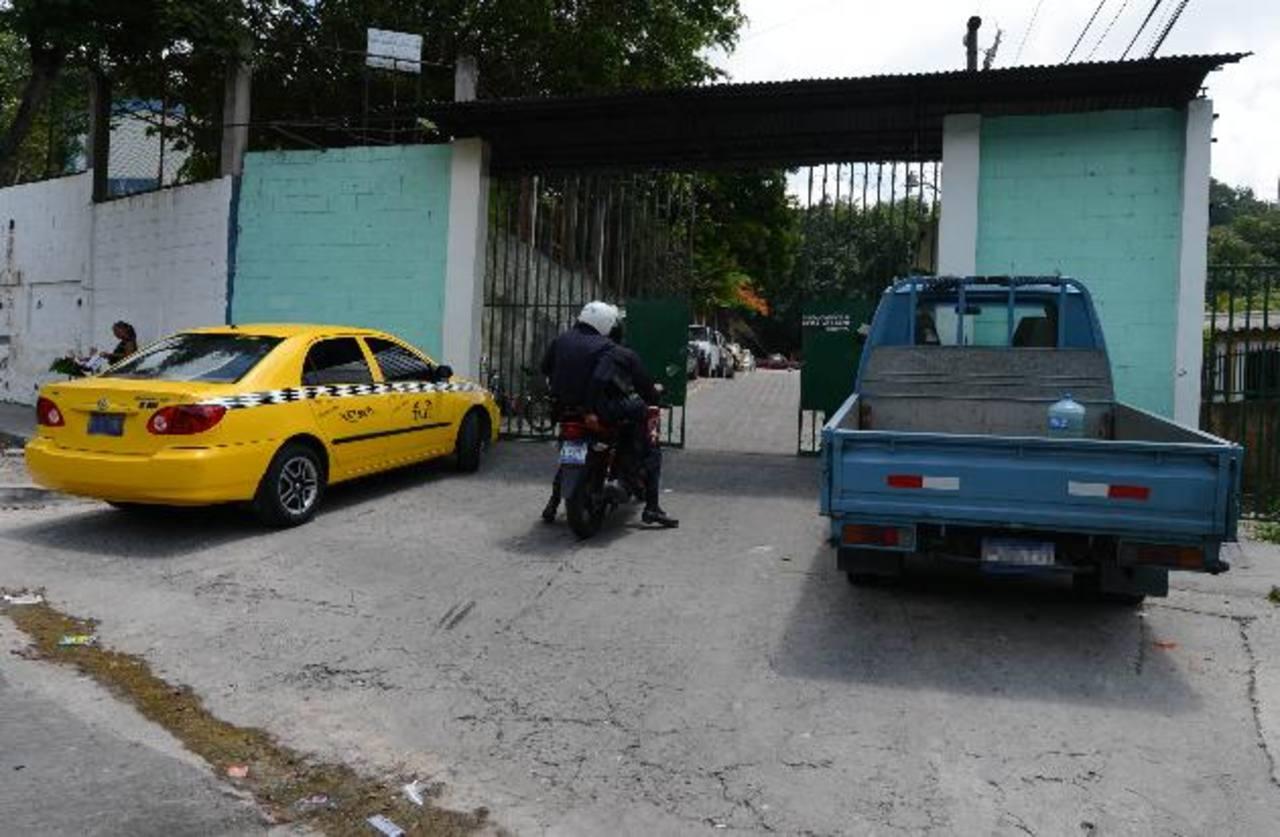 Policías ingresan a la residencial Autopista 1 de San Marcos, donde un secuestrador goza de arresto domiciliar. Foto EDH