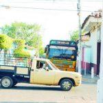 Los jóvenes voluntarios pintaron parte de los postes de la ciudad, pero pararon porque la pintura no era la adecuada según casa de la cultura. Foto EDH / Insy Mendoza