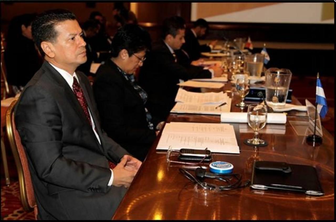 El ministro Hugo Martínez durante la reunión de cancilleres de países del SICA en San José, Costa Rica, en la que prepararon la agenda de la cumbre de mandatarios hoy. foto edh
