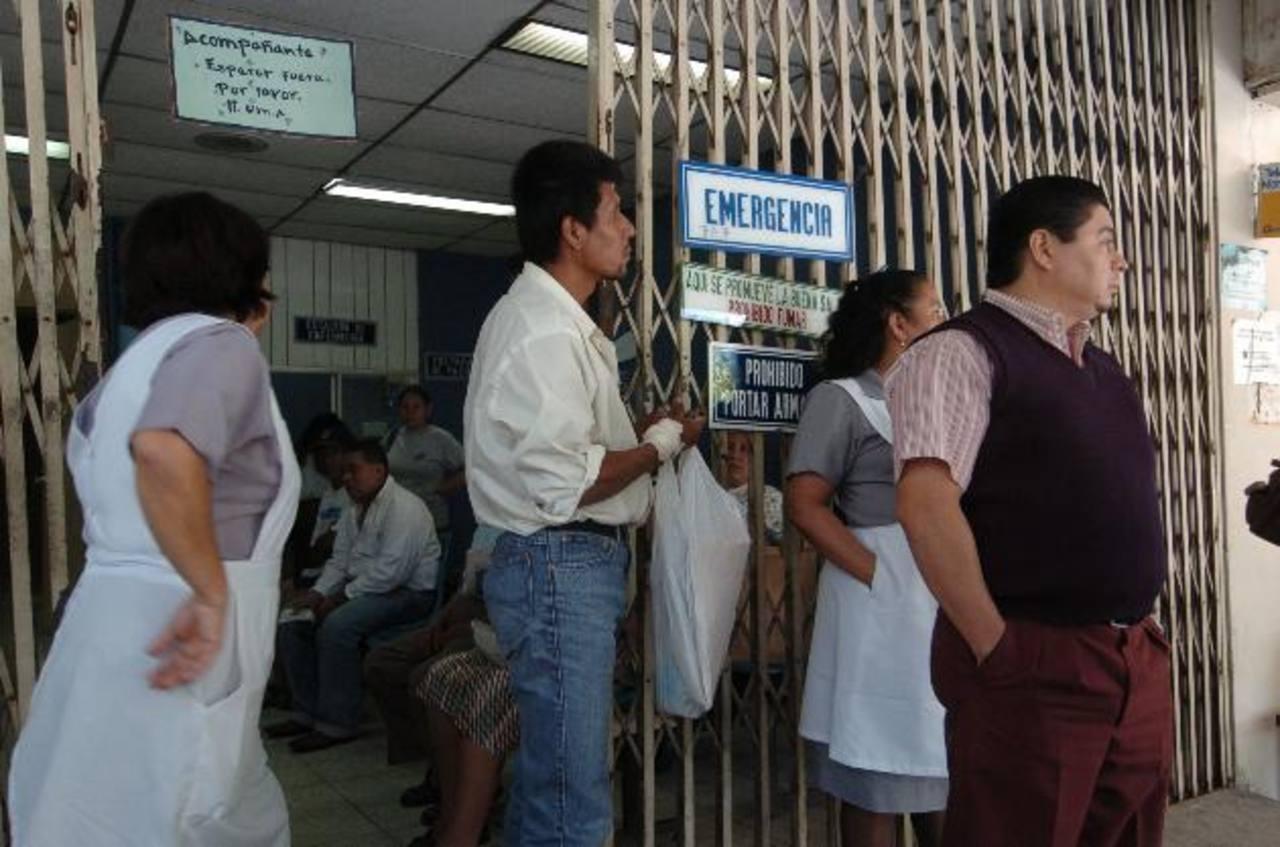 En la unidad médica Atlacatl, del Seguro Social, pacientes de ortopedia se quejan del tiempo de espera para las cirugías.