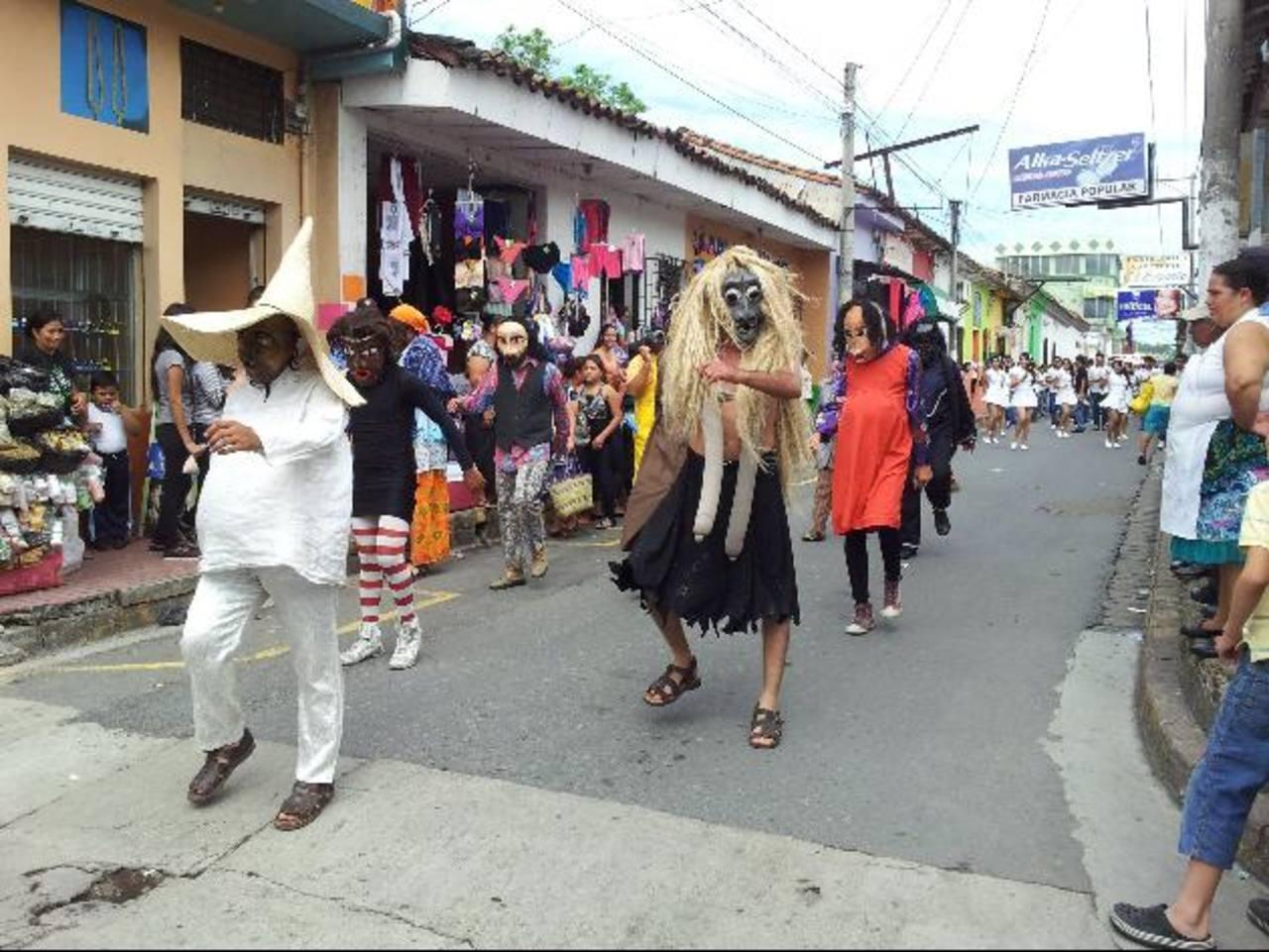 """El tradicional desfile del """"correo"""" es el banderillazo del inicio de los festejos patronales. Foto EDH / Cortesía Roxana López"""