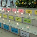 Velas encendidas junto a los nombres de las víctimas que murieron calcinadas hace tres años. Foto Jorge Beltrán